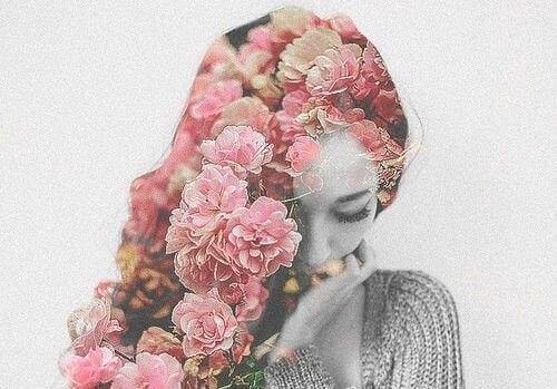 γυναίκα με λουλούδια για μαλλιά