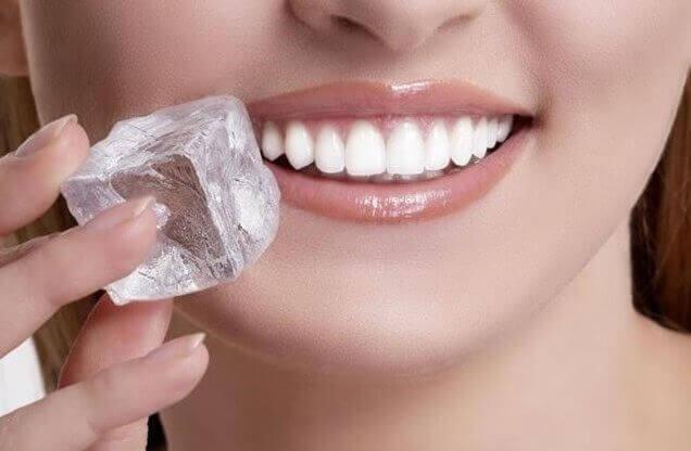 φυσικές θεραπείες για τις άφθες - πάγος