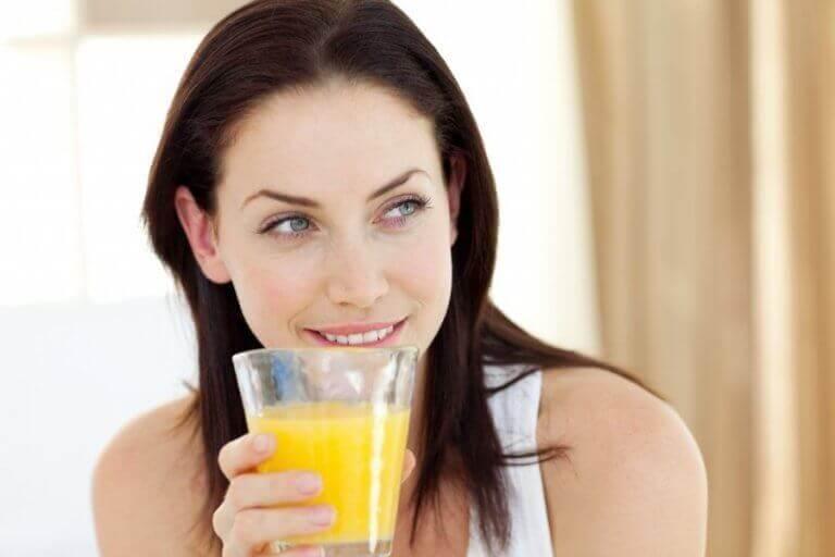 γυναίκα με χυμό ανανά