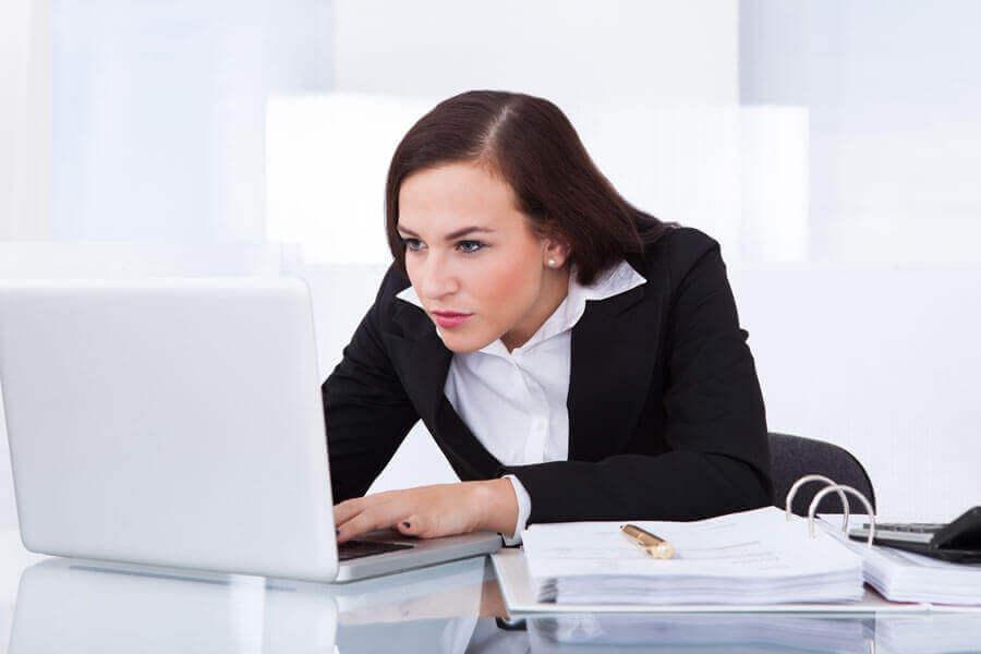 γυναίκα σε γραφείο