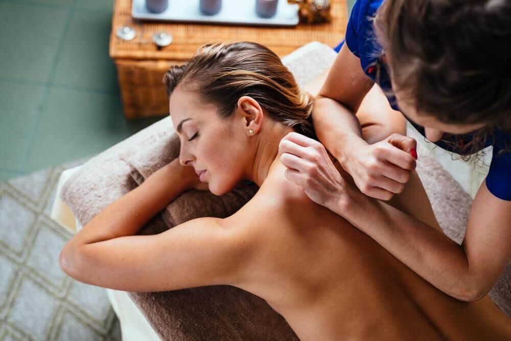 Εύκολο αδυνάτισμα - Γυναίκα κάνει  μασάζ