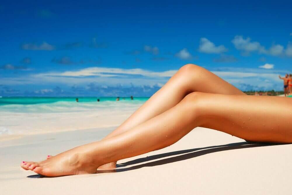 γυναικεία πόδια σε παραλια