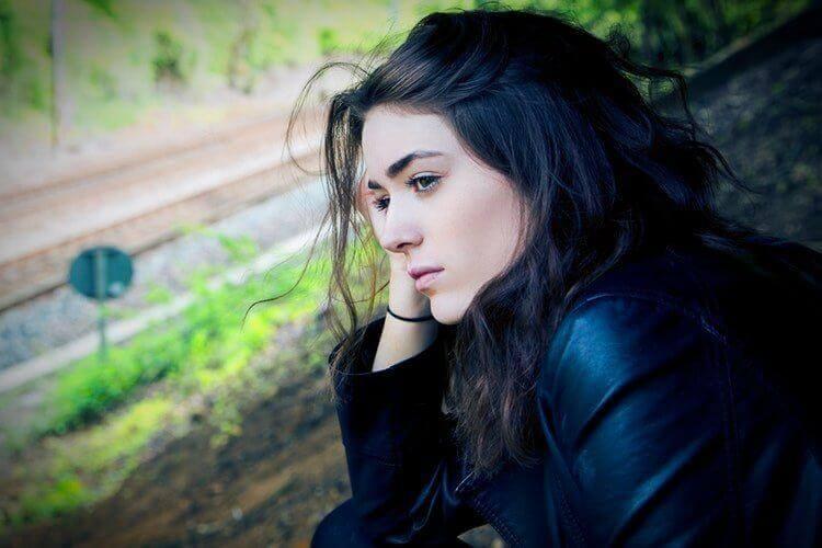 κοπέλα σταναχωρημένη- Πνευματικά εργαλεία κατά της κατάθλιψης