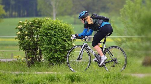τροφές πλούσιες σε κάλιο γυναίκα σε ποδήλατο