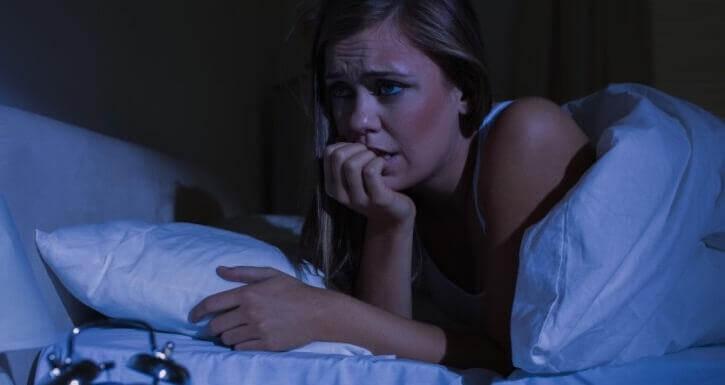 γυναίκα στο κρεβάτι που δεν κοιμάται- κρίσεις πανικού