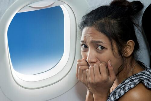 γυναίκα σε παράθυρο αεροπλάνου- κρίσεις πανικού