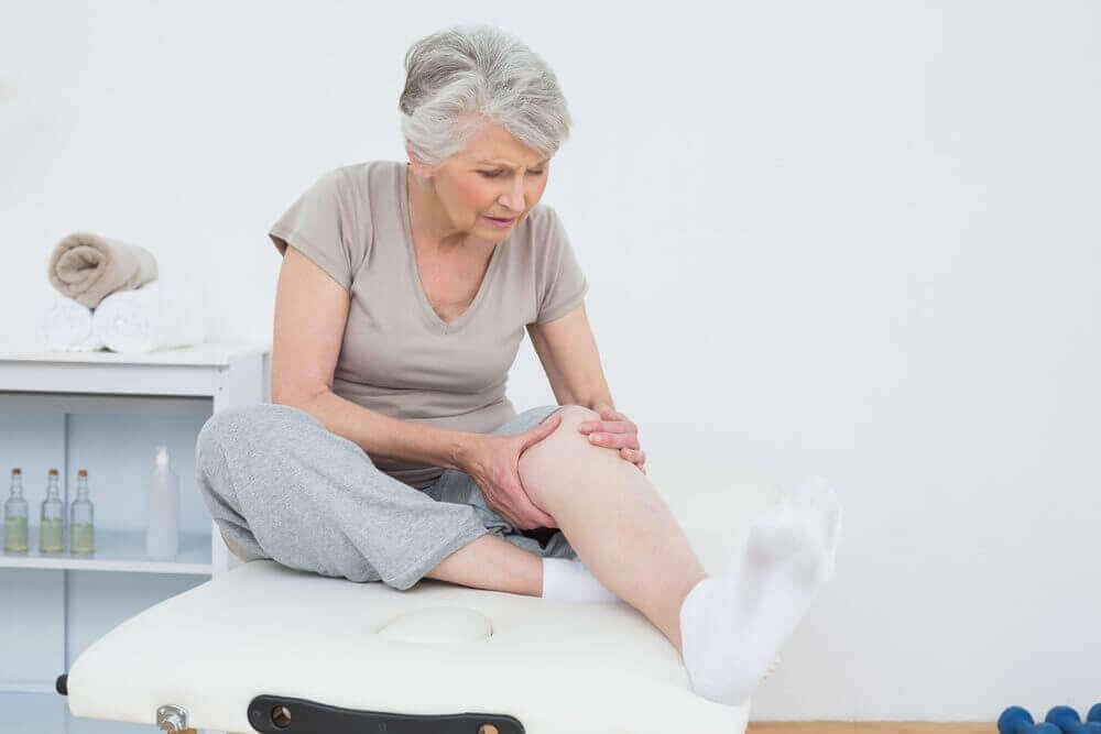 γυναίκα με πρησμένο γόνατο έλαιο λεβάντας