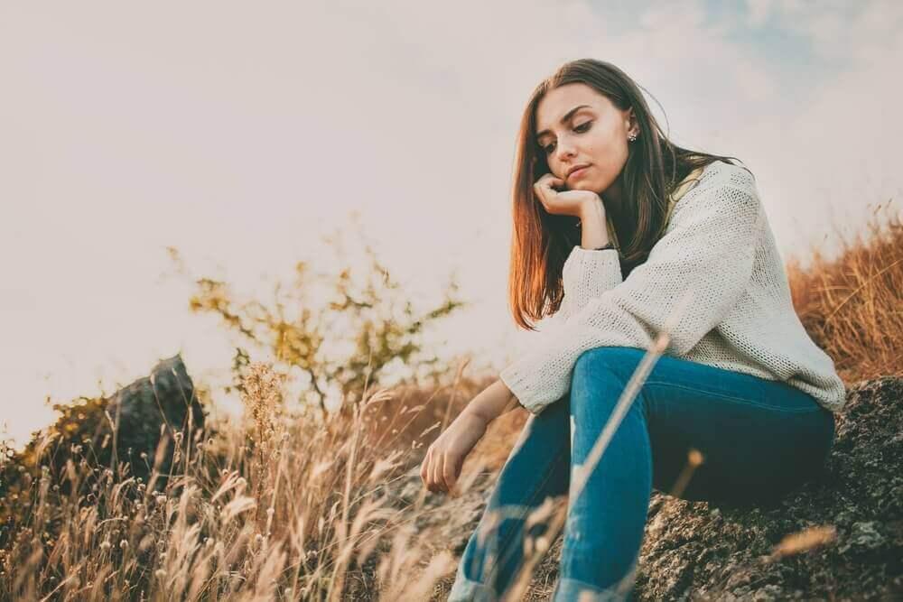 γυναίκα που κάθεται σε ύψωμα έλαιο λεβάντας