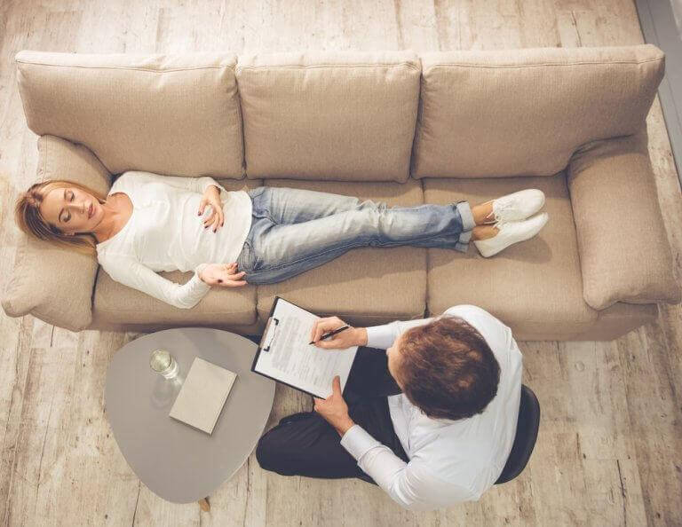 γυναίκα σε ψυχολόγο- κλειδιά για να ξεπεράσετε τον συναισθηματικό πόνο