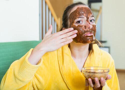 γυναίκαι χυμός λεμονιού και καστανή ζάχαρη ν' αφαιρέσετε τα μαύρα στίγματα.