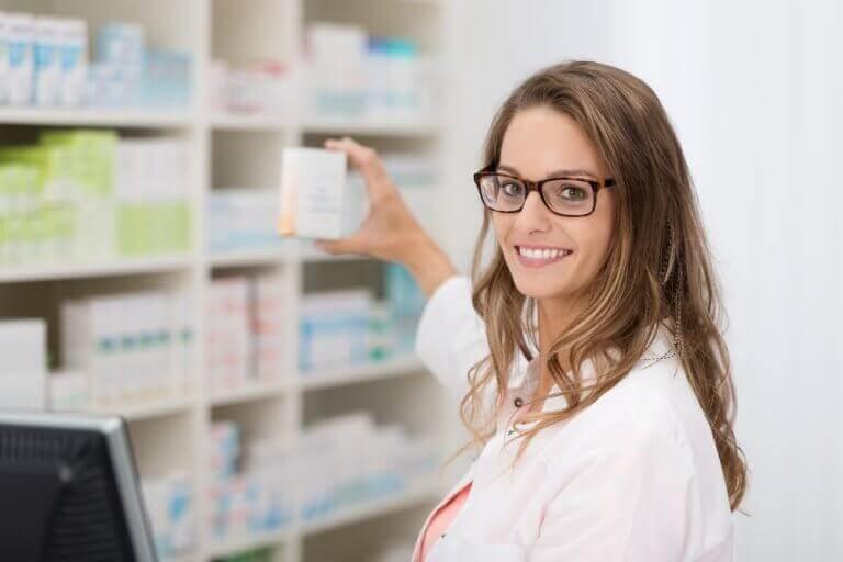 γυναίκα με φάρμακο στα χέρια
