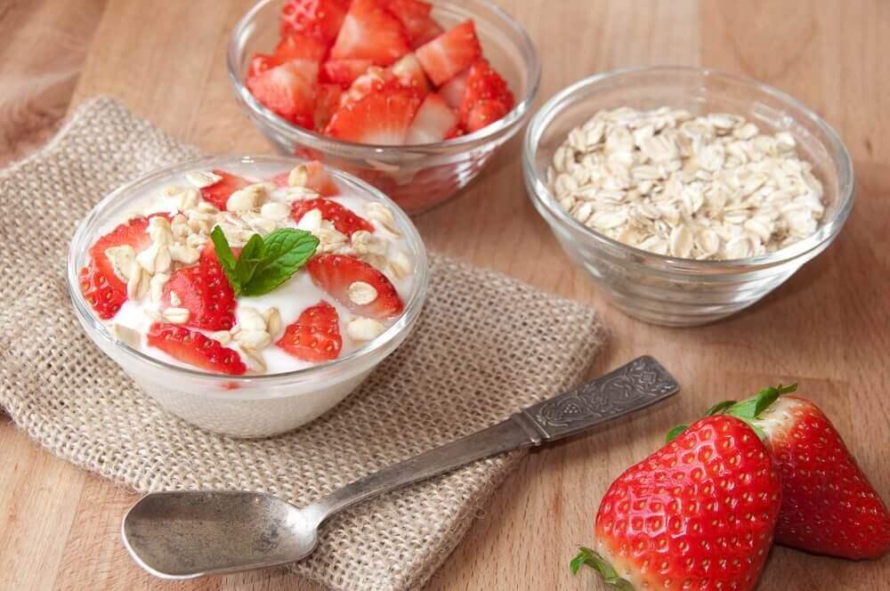 Πρωινά με βρώμη και φράουλες σε γυάλινα μπολ