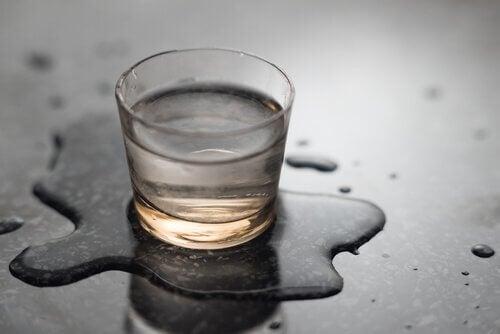 νερό σε ποτήρι
