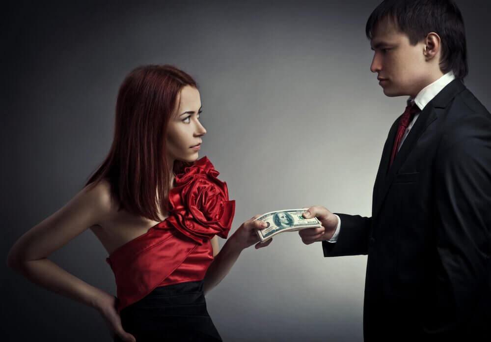 γυναίκα και άνδρας κρατούν χρηματα