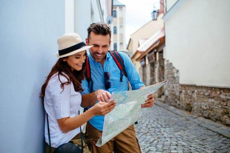 ζευγάρι που κοιτάει ενα χαρτη