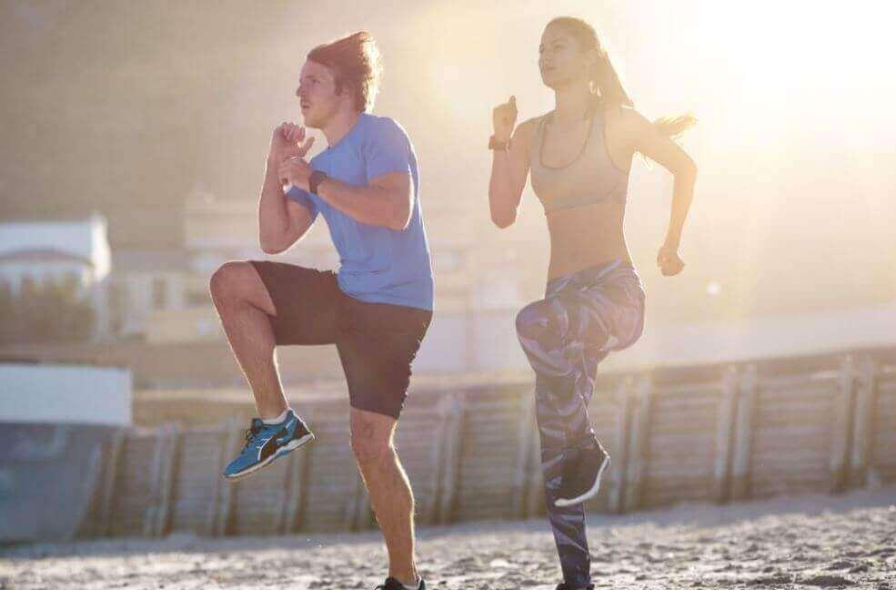 ζευγάρι που γυμνάζεται στην παραλία, ασκήσεις αερόβιας γυμναστικής