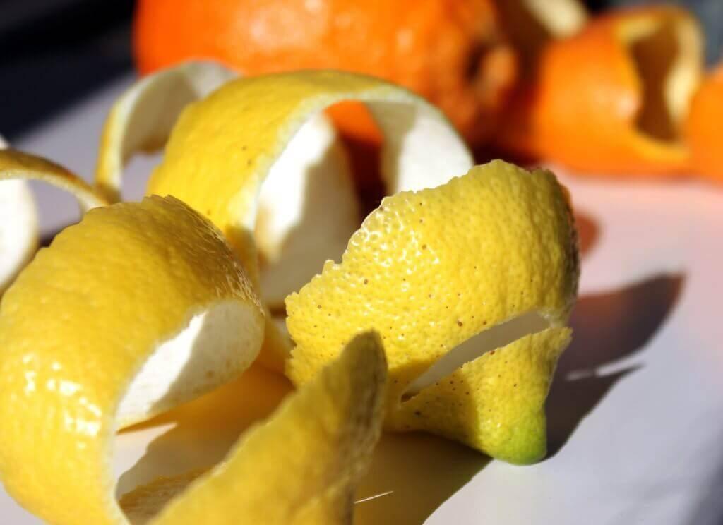 που κρύβονται στα λεμόνια φλούδες από λεμόνια και πορτοκάλια