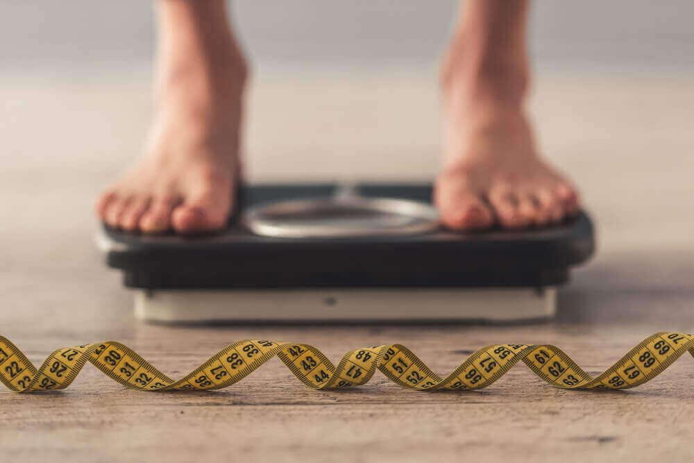 ανθρωποσ σε ζυγαρια -χάσετε 4 κιλά