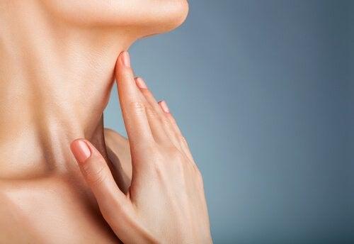 λαιμός γυναίκας και χέρι