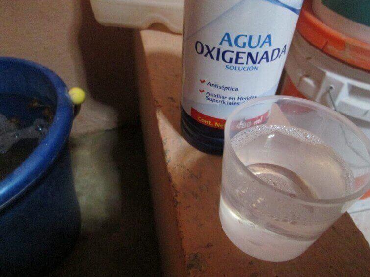 κόλπα για να αφαιρέσετε τους λεκέδες ιδρώτα - οξυγονωμένο νερό