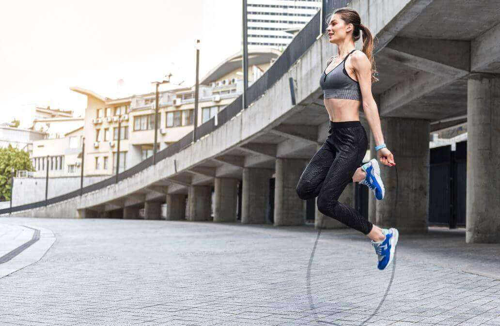 γυναίκα που κάνει σχοινάκι, ασκήσεις αερόβιας γυμναστικής
