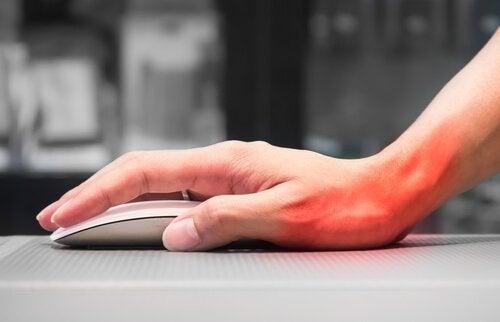 χέρι σε ποντίκι υπολογιστή