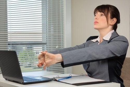 γυναίκα που τεντώνει τα χέρια της