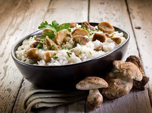 υγιεινό και νόστιμο σπιτικό ρύζι - ριζότο με μανιτάρια