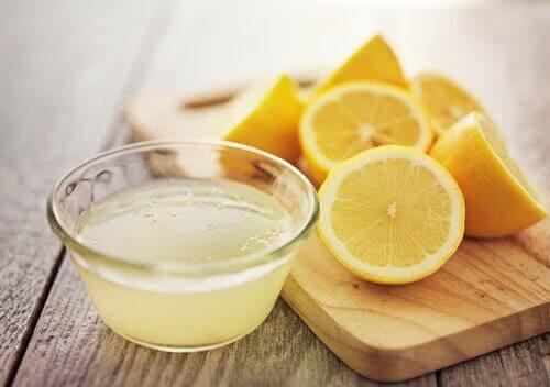 μαρινάρετε κρέας χυμός λεμόνι και φέτες από λεμόνι