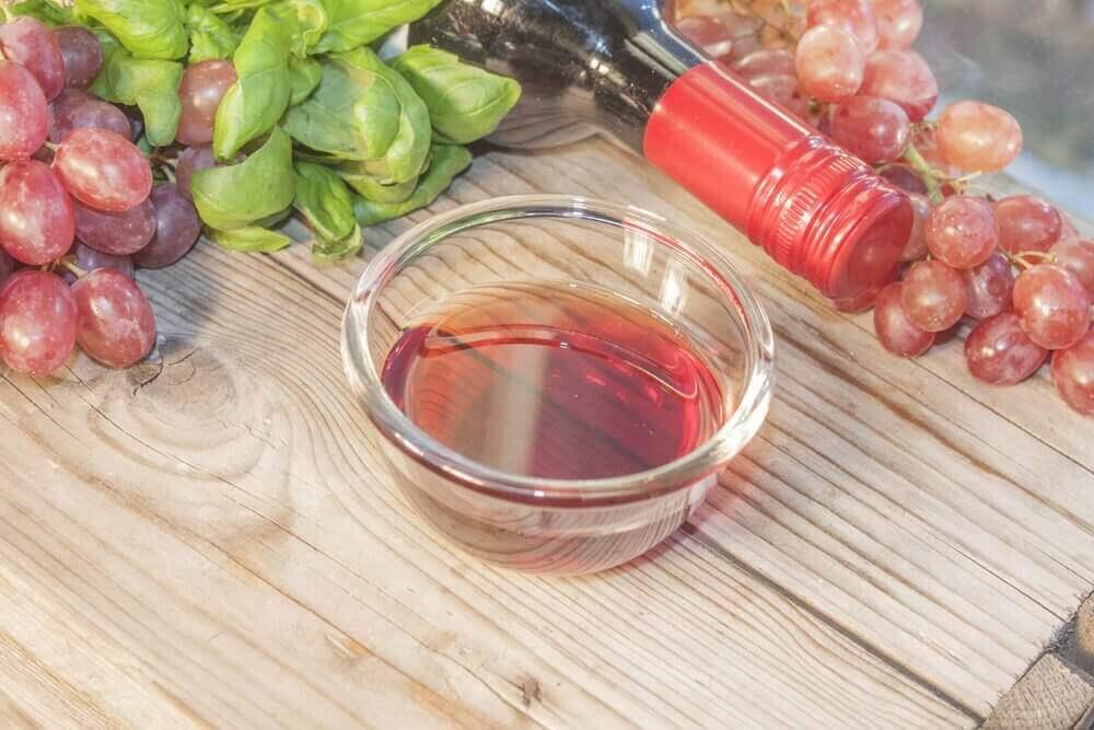 μαρινάρετε κρέας με σταφύλι και κόκκινο κρασί