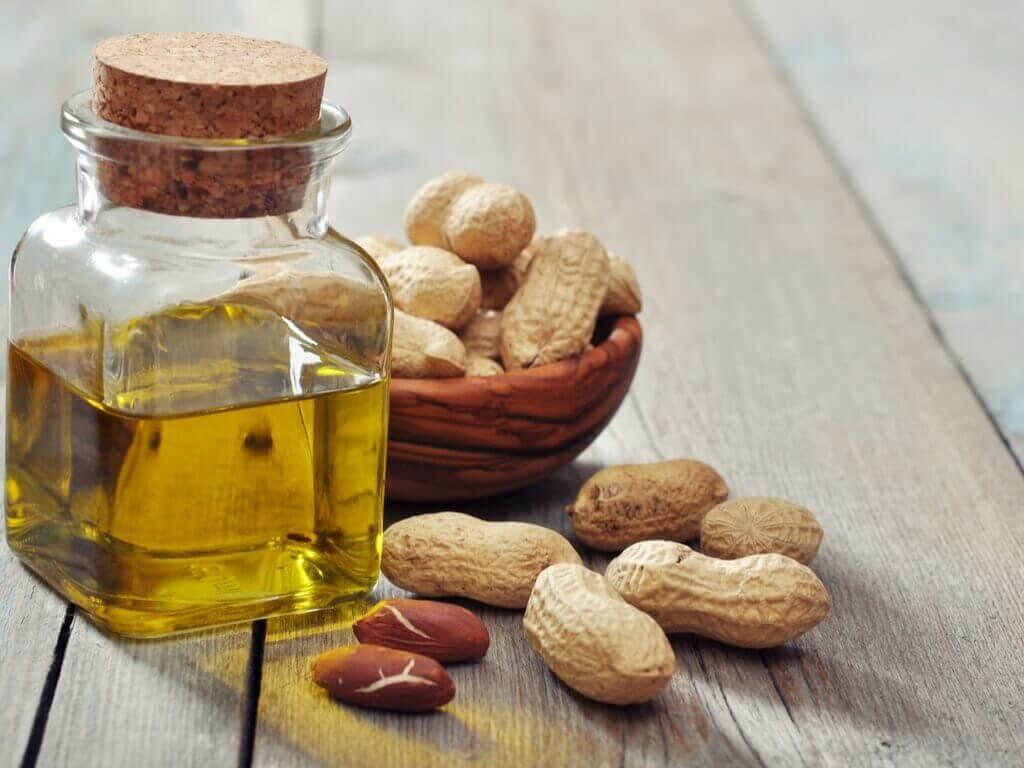 Βιταμίνες για υγιές δέρμα - Φιστίκια και λάδι σε δοχείο