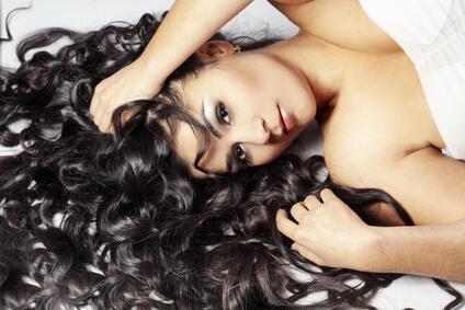 γυναίκα με μπούκλες κατσαρά μαλλιά