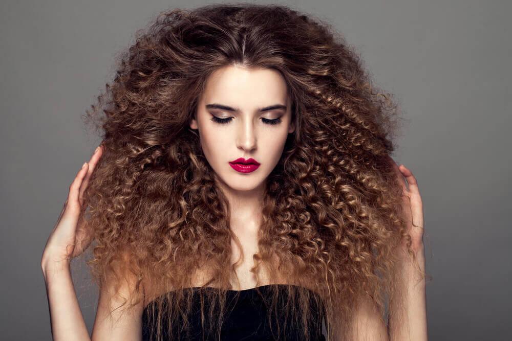 γυναίκα με κατσαρά μαλλιά