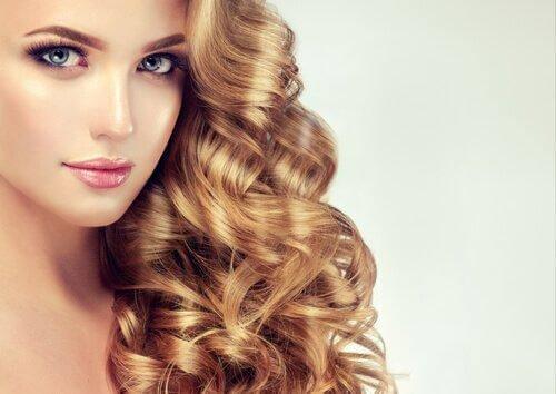 γυναίκα με μαλλιά στο πλάι