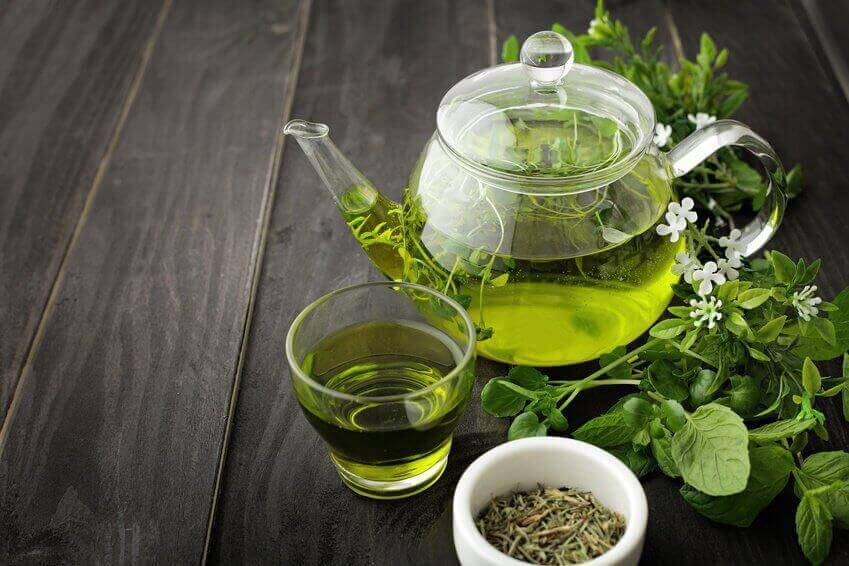 φυσικά προϊόντα για να διαχειριστείτε την εμμηνόπαυση πράσινο τσάι σε γυάλινη κανάτα