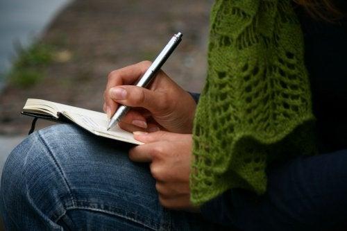 Γυναίκα που κρατάει ημερολόγιο, καταπολέμηση της θλίψης.