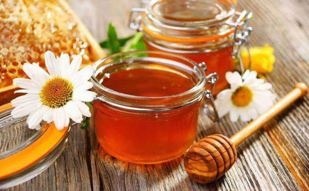 μέλι σε γυάλινο μπουκάλι, καταπολεμήστε τα σημάδια της ακμής