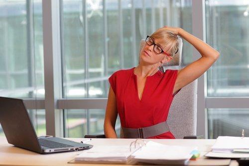 γυναίκα σε γραφείο γυμνάζει τον αυχένα