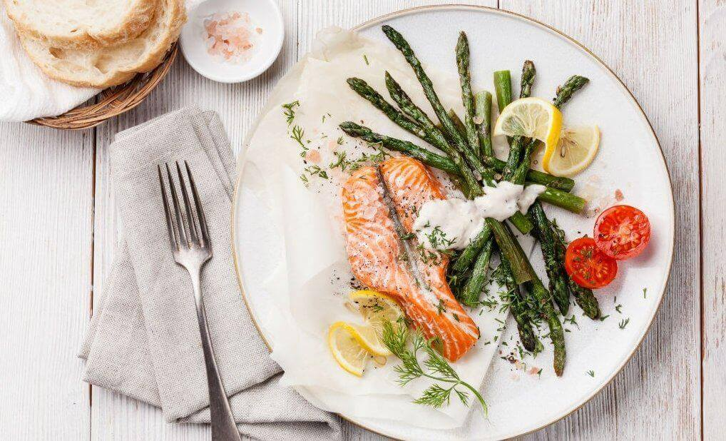 Πώς να καταπολεμήσετε την αϋπνία - Πιάτο με σολομό και λαχανικά