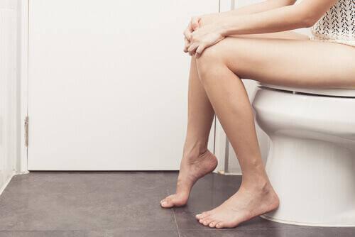 γυναικα στην τουαλετα -απαλλαγείτε από τις αιμορροΐδες