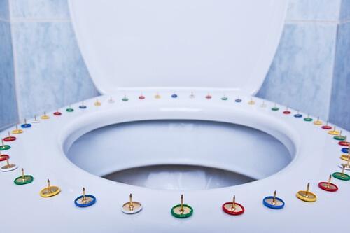 τουαλετα με πινεζες για ν απαλλαγείτε από τις αιμορροΐδες