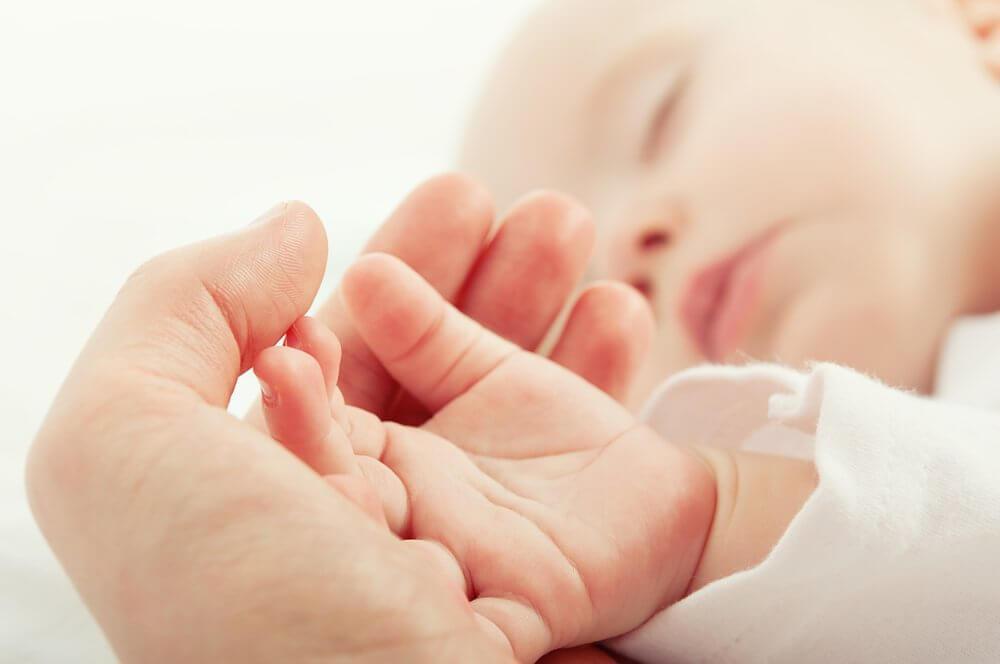 μωρό που κοιμάται και δαχτυλάκια σε παλάμη