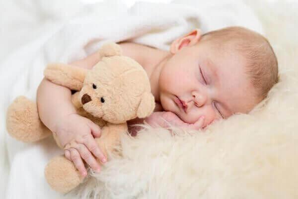 μωρό που κοιμάται με αρκουδάκι