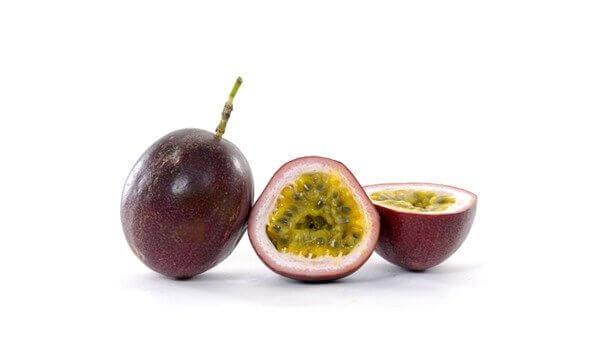 φρούτα του πάθους κομμένο και ολόκληρο