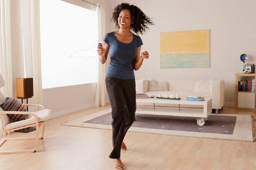 γυναικα που χορευει για να Επιταχύνουν τον μεταβολισμό