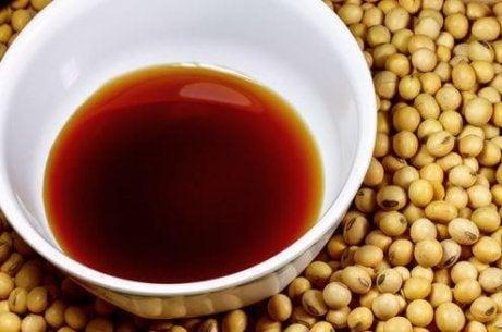 κινέζικο ρύζι με σόγια σε πήλινο πιάτο και φασόλια