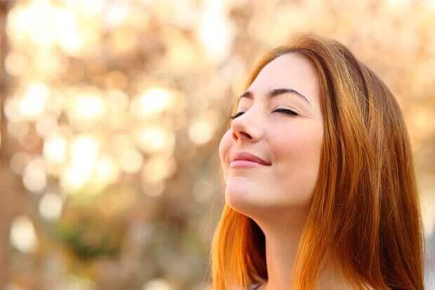 Γυναίκα που χαμογελά, καταπολέμηση της θλίψης.