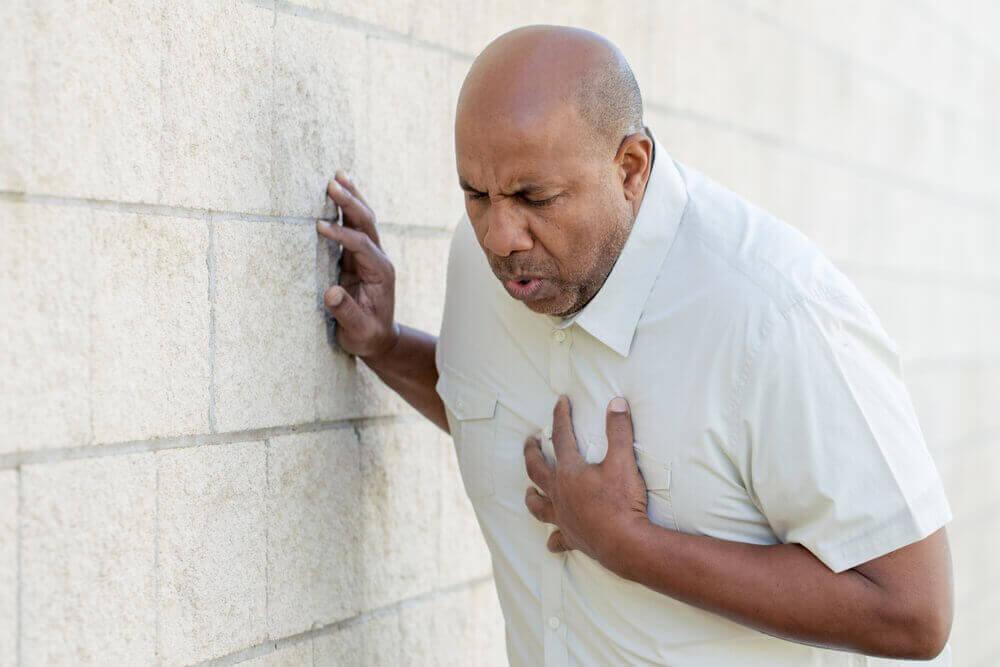 άντρας με το χέρι στην καρδιά