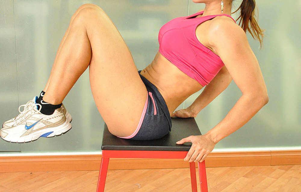 γυναικα καθιστη που γυμναζεται για να Επιταχύνουν τον μεταβολισμό
