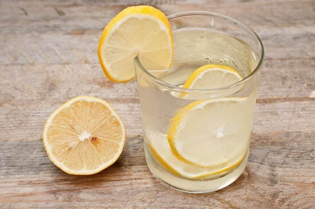 νερό και λεμόνι σε ποτήρι